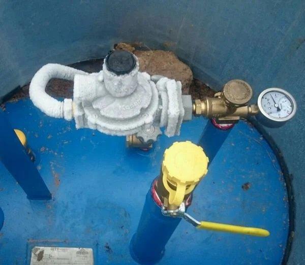Фото наледи, образовавшейся на регуляторе давления газгольдера